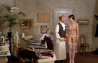 هیجان انگیز از یک زن و شوهر نوجوان در یک سکس سیاه و سفید تخت بزرگ