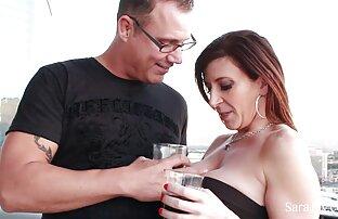 دختر سکس در فیلم سفید برفی fucks در جوجه زرق و برق دار خود را