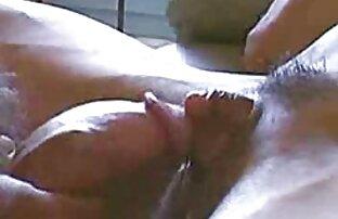 جوجه در جوراب ساق بلند fucks در سکسسفیدبرفی با یک شریک کار در دفتر