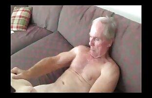 صاحب سرگرم کننده در رختخواب کون گنده سفید با خدمتکار زیبا خود را